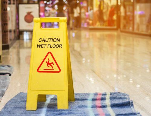 Sturz in einem Einkaufszentrum nach Feuchtreinigung – Verkehrssicherungspflicht?
